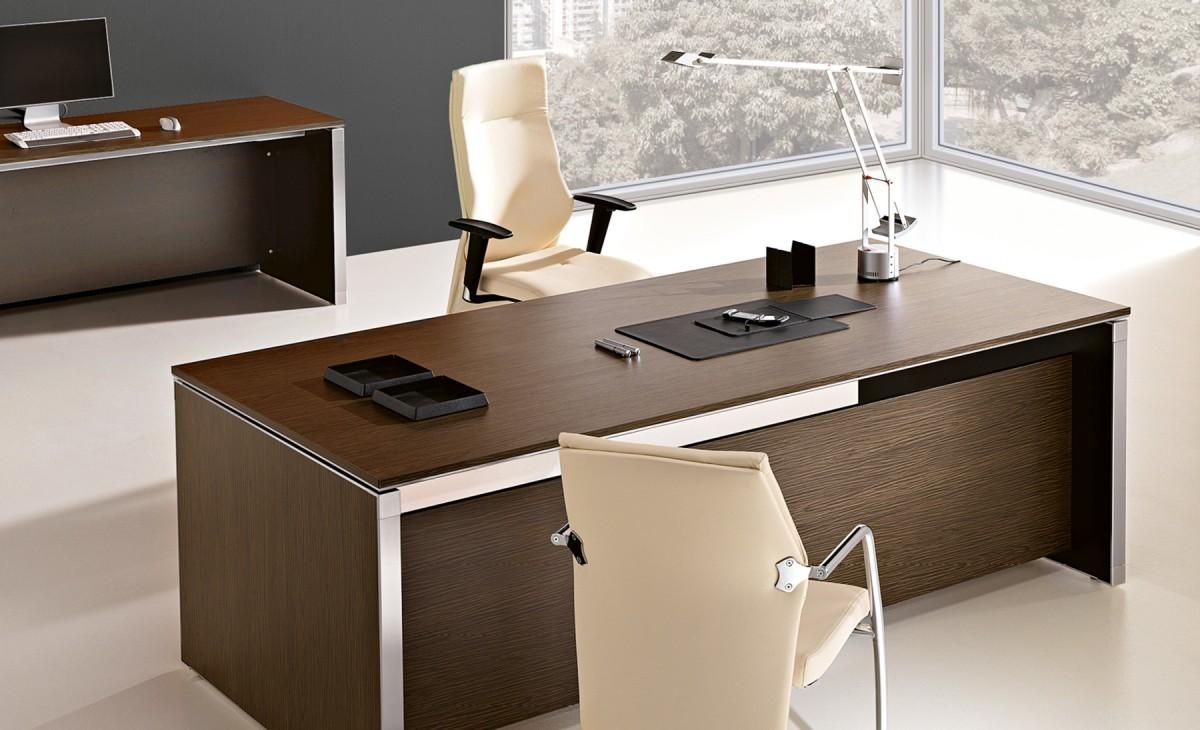 scrivania in legno scuro con poltrone bianche e mobile consolle
