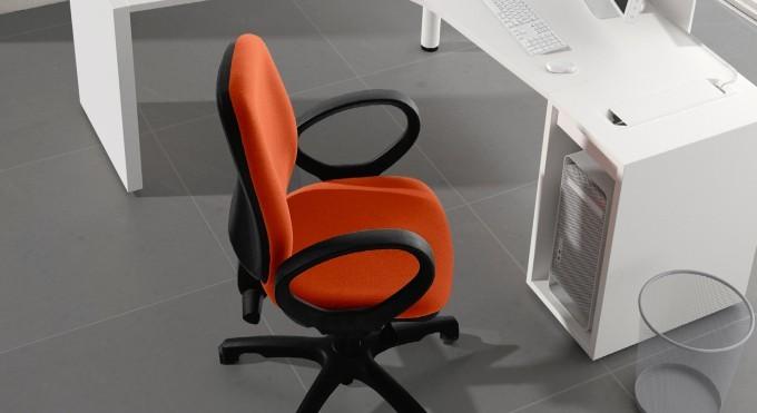 sedia operativa rossa con rotelle