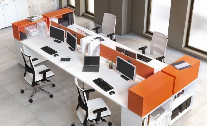 Ufficio operativo con scrivanie bianche e mobili arancio