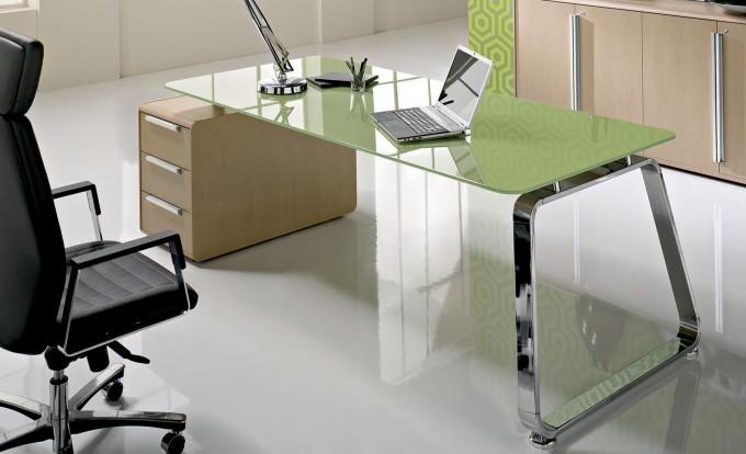 scrivania in vetro laccato verde con cassettiera in legno chiaro