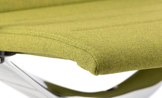focus su un particolare del tessuto di una sedia