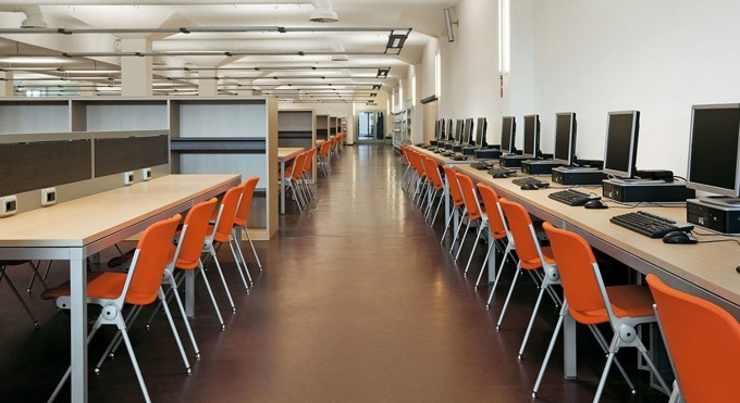 agora sedie agganciabili in biblioteca - aulòa didattica color arancione
