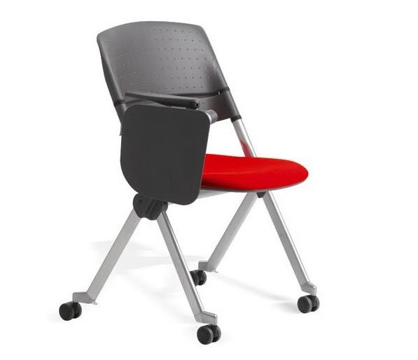 sedia rossa e nera con rotelle e ribaltina per congressi