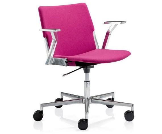 sedia rosa con rotelle e braccioli