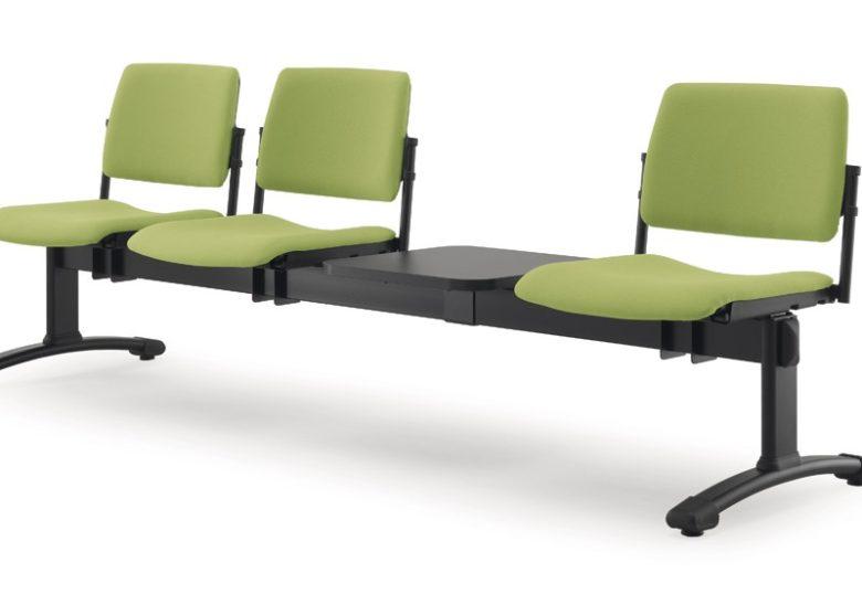 tre sedute verdi su trave con tavolino