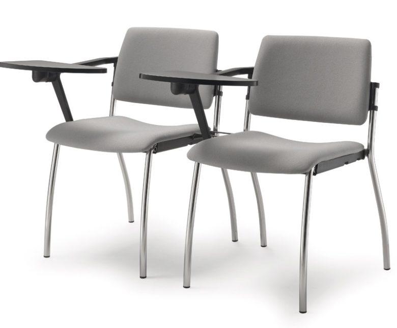 due sedie imbottite grigie con ribaltina agganciate tra loro per conferenza