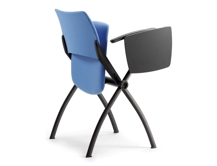 sedia blu pieghevole con scrittoio