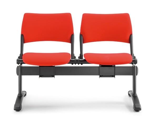 due sedie rosse su trave per colelttività