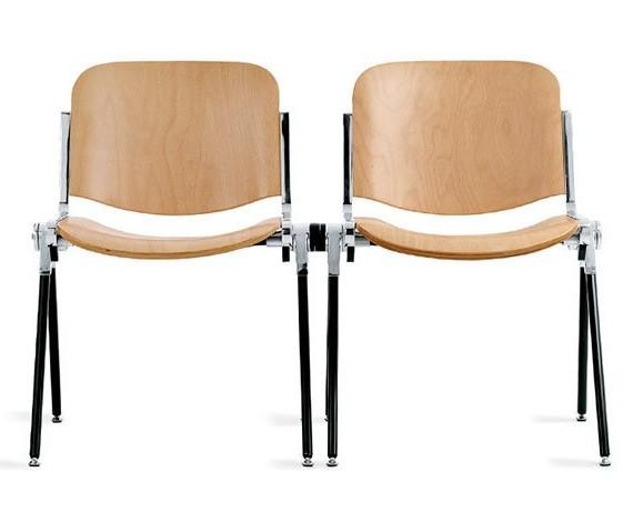 due sedie in legno agganciate tra loro per grandi eventi