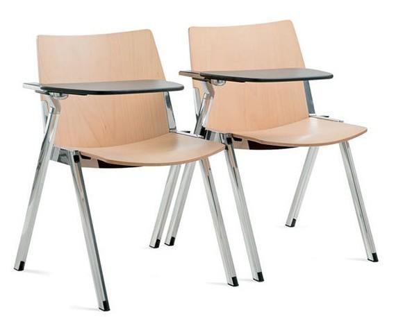 due sedie in legno agganciate e con ribaltina per scrivere