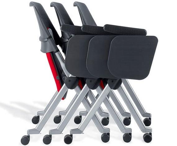 sedie per covegni rosse e nere impilate orizzontalmente