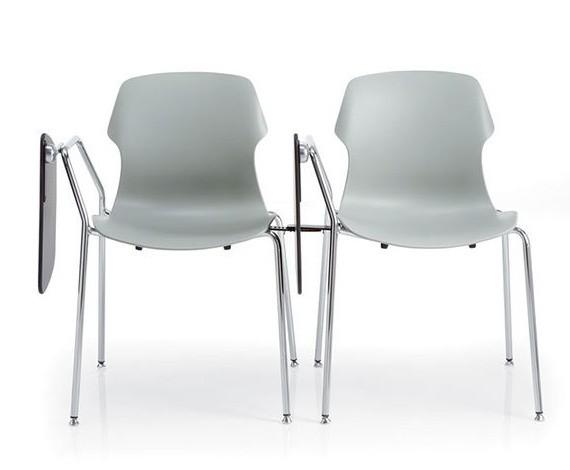 due sedie grigie agganciate tra loro con ribaltina per scrivere