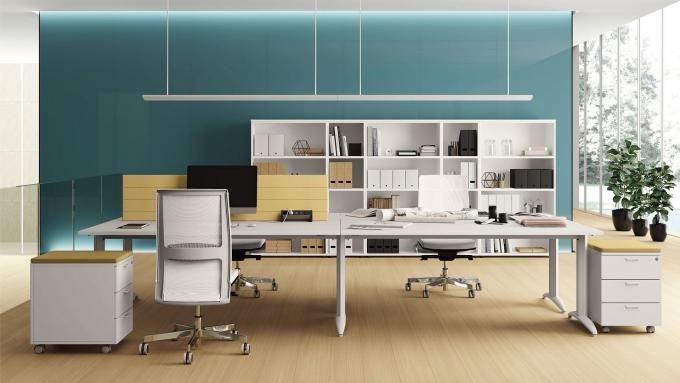 Soluzione scrivanie, cassettiere e armadi Oxi per uffici