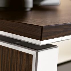 Dettaglio scrivania presidenziale, legno e acciaio