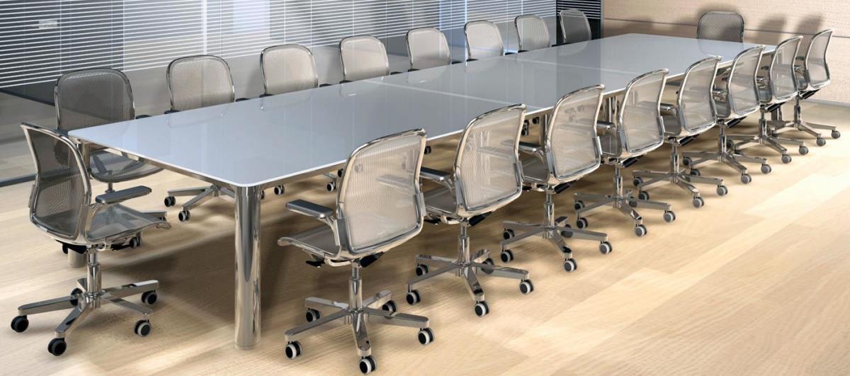 Sala riunione con sedie in acciaio e schienale in rete
