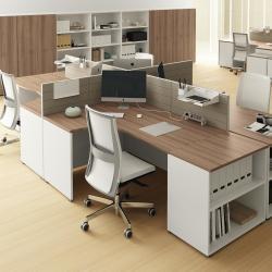 ufficio con scrivanie modulari