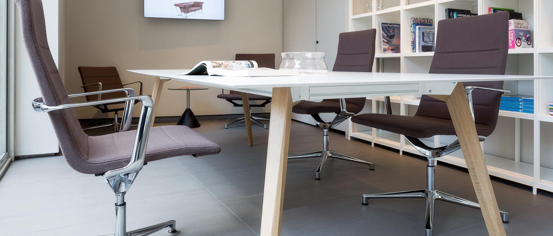 ufficio con sedie di design moderno