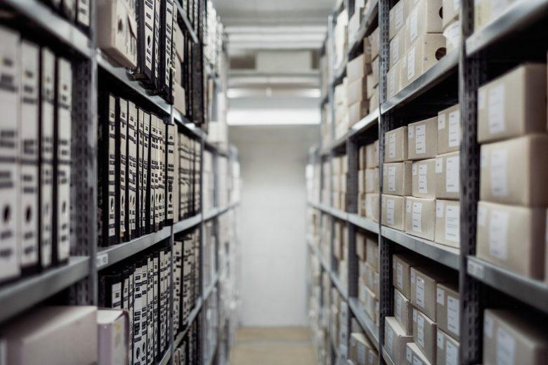 archivio con faldoni di documenti e scatole