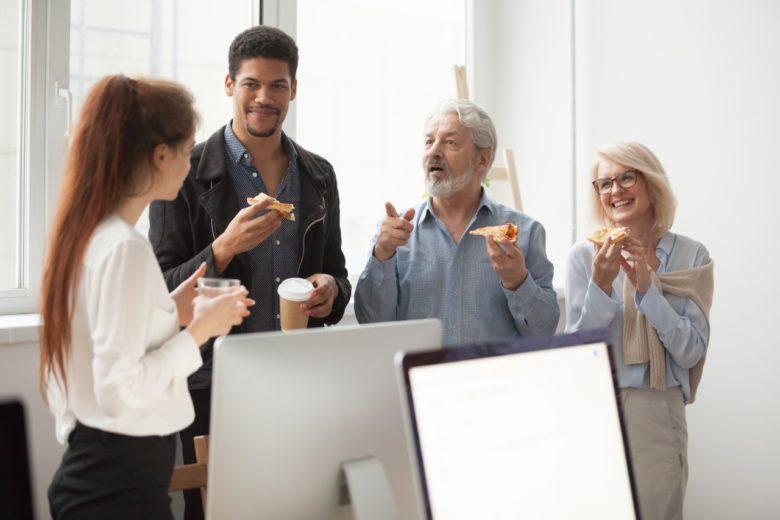 colleghi in pausa pranzo in ufficio