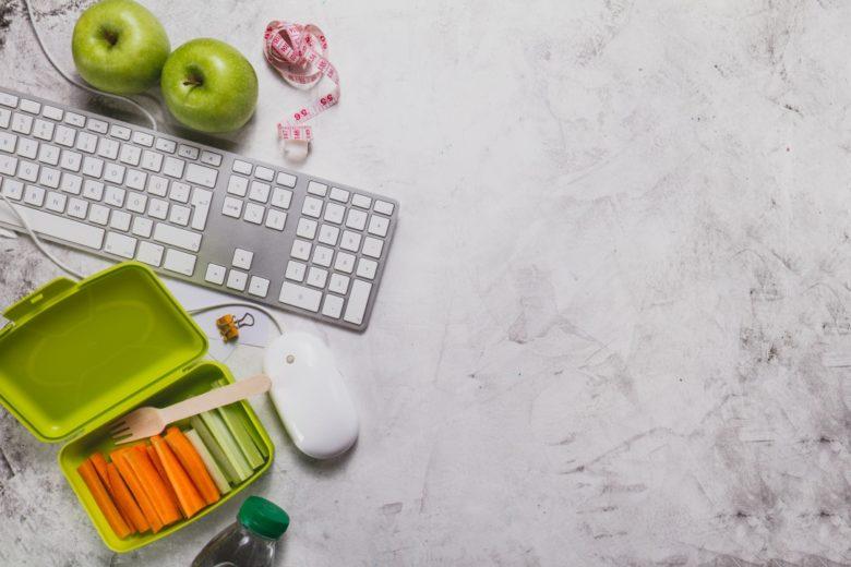 porta pranzo con verdure e tastiera e mouse