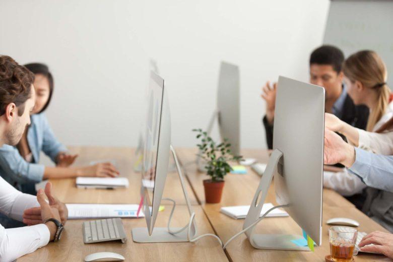 tavolo ufficio con 4 persone coworking
