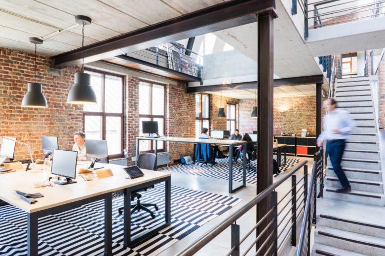 ufficio open space su due livelli con 5 persone