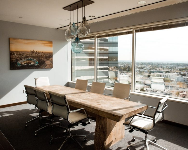 ufficio con scrivania, sedute e quadro sulla parete