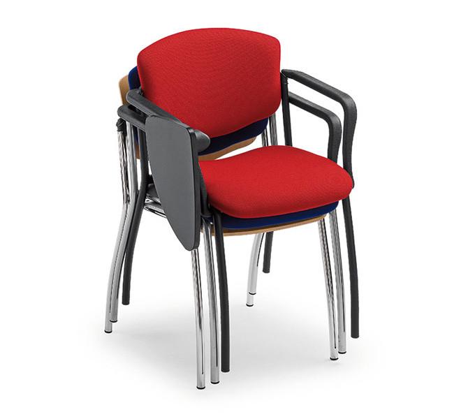 sedie con imbottitura e leggio impilate per congresso