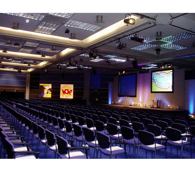 sedie sistemate per congresso in sala polifunzionale