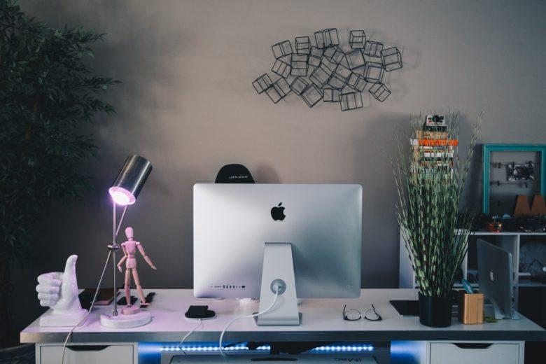 scrivania con accessori divertenti
