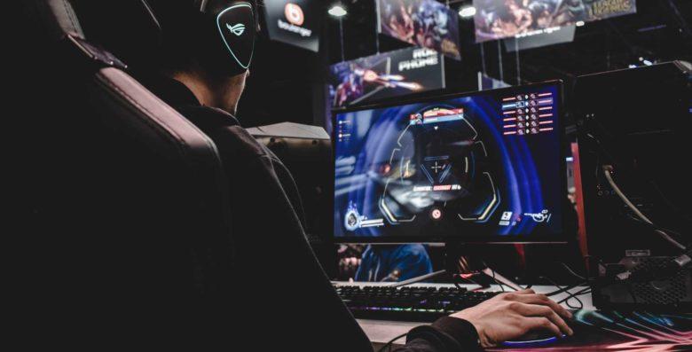ragazzo gioca al pc su scrivania da gaming