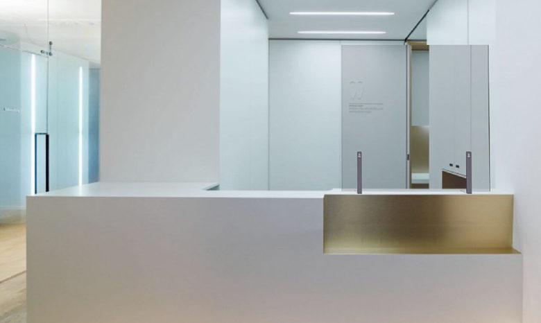 reception ufficio con barriera in plexiglas sul bancone per emergenza covid-19