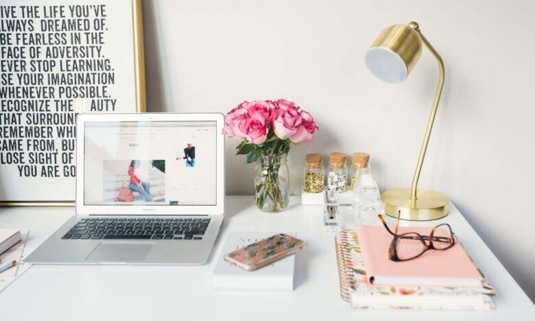 scrivania ben organizzata per ufficio piccolo
