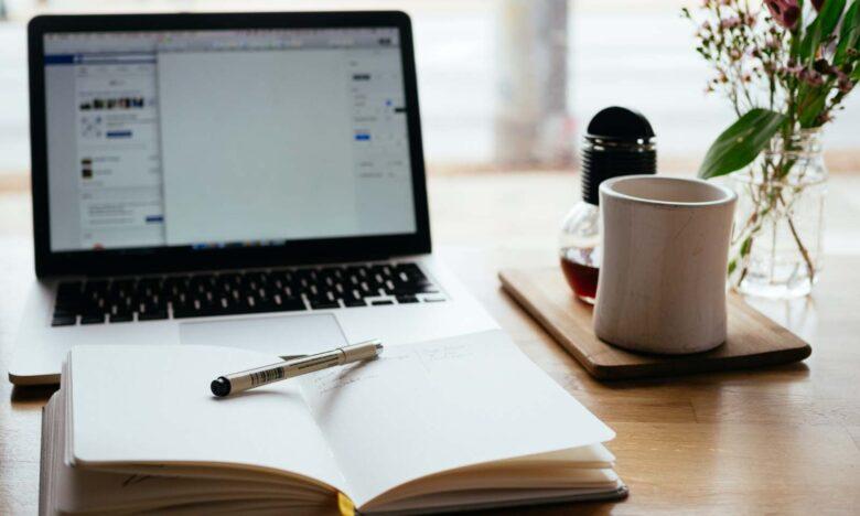 scrivania con pc e agenza per smart working