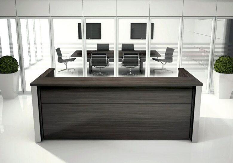 bancone reception studio legale in legno scuro