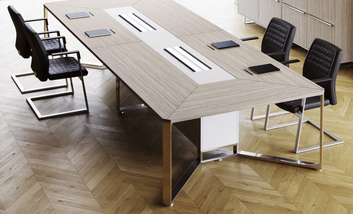 tavolo riunione per studio legale associato in legno chiaro con prese
