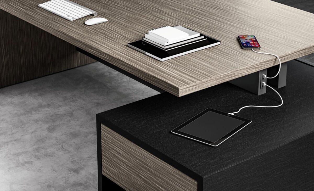 scrivania direzionale in legno chiaro e nero con prese usb