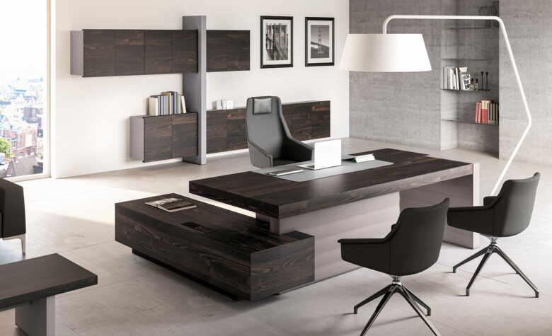 studio di ingegneria senior con scrivania presidenziale in legno