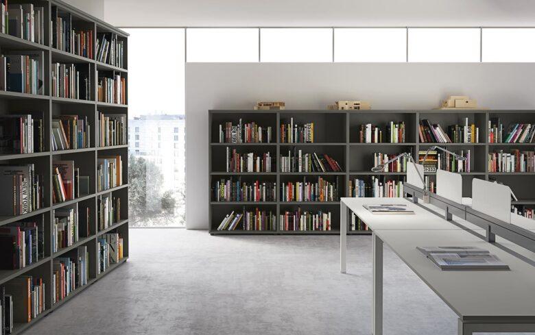 parete attrezzata per studio architettura con più ripiani per libri