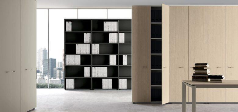 parete attrezzata per ufficio architetto con ripiani per libri e progetti