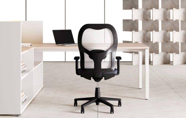 sedia ergonomica per architetto blu e nera con schienale in rete
