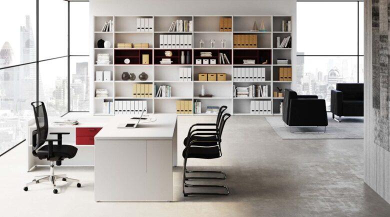 studio di ingegneria con parete attrezzata e scrivania angolare