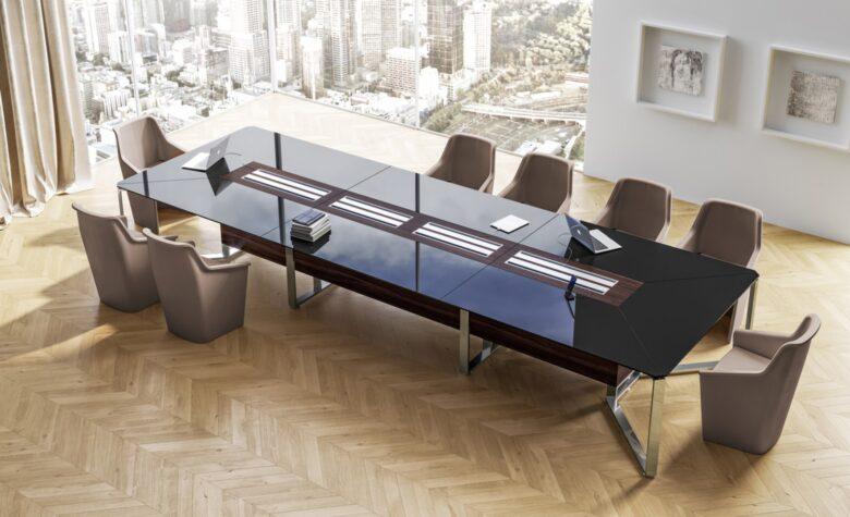 sala riunioni arredata con tavolo rettangolare in vetro nero e poltrone beige, parquet chiaro