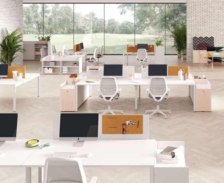ufficio stile scandinavo open space con scrivanie bianche e in legno chiaro