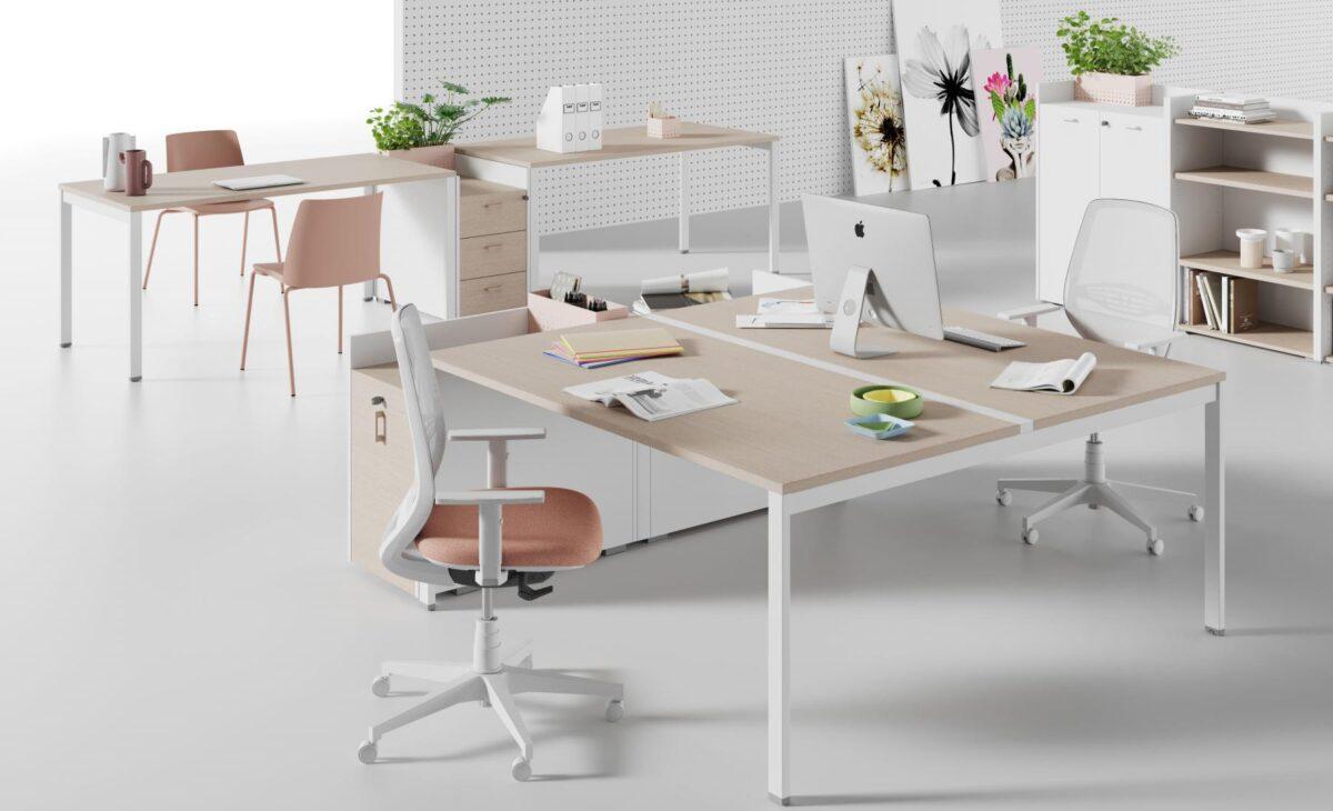 ufficio stile scandinavo con scrivanie in legno chiaro e bianco