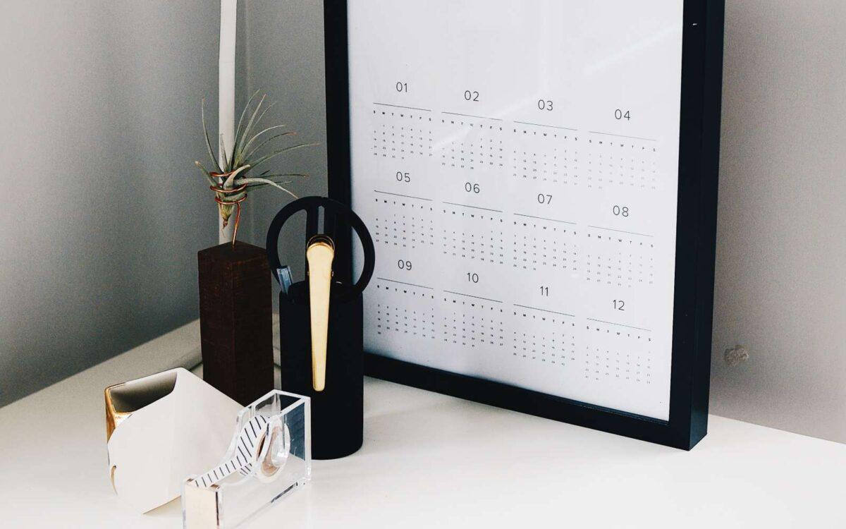accessori per ufficio stile scandinavo: porta penne, calendario e porta scotch
