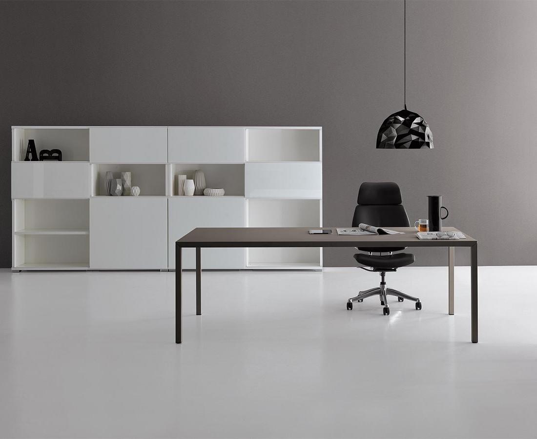 ufficio stile industriale con scrivania in metallo, poltroncine grigie, libreria bianca