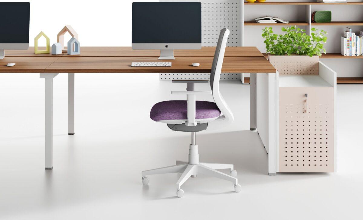 sedia operativa bianca e viola, scrivania in legno con mac