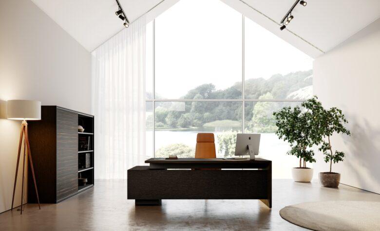 ufficio in stile classico con scrivania e libreria in legno scuro